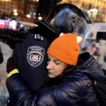 Дівчина обіймає бійця внутрішніх військ, 12 грудня 2013 року /Anadolu/Onur Çoban, Euronews/