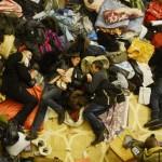 Втомлені люди сплять у колонній залі КМДА, 8 грудня 2013 року /Filip Singer, EPA/
