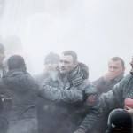 Віталій Кличко в диму від порошкового вогнегасника, 19 січня 2014 року /Гліб Гаранич, Reuters/