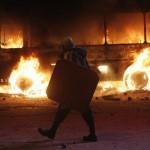 Учасник протесту на Грушевського на фоні згорілого автобусу, 19 січня 2014 року /Гліб Гаранич, Reuters/