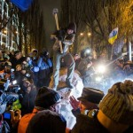 Люди розбивають повалений пам'ятник Леніну в Києві, 8 грудня 2013 року /Віталій Раскалов/