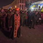 Священник став на захист людей на Майдані Незалежності, 11 грудня 2013 року /РИА Новости/