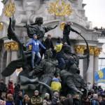 Учасники протестів на статуї засновникам Києва, 1 грудня 2013 року /Стоян Ненов, Reuters/