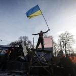 Чоловік з прапором на барикадах на вулиці Грушевського, 20 січня 2014 року. /Василь Федосенко, Reuters/