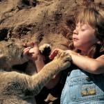 Девочка Типпи спит с львенком